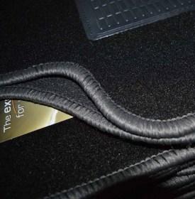 Κοντινή εικόνα μοκέτας, ρελιού και πλαστικής ενίσχυσης, διακρίνεται η πολύ καλή ποιότητα κατασκευής - Φωτογραφία τραβηγμένη από TROP.gr