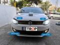 Διαφορά στο φωτισμό (χρώμα και ένταση) μεταξύ λαμπτήρων LED και Αλογόνου, σε VW Polo 6R πελάτη στο κατάστημα μας (μπροστινή όψη) - Φωτογράφιση TROP.gr
