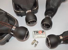 Κοντίνη εικόνα πόμολων με 5 και 6 ταχύτητες και μαύρα κόκκινα γαζιά - Φωτογραφία τραβηγμένη από TROP.gr